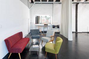 Der Coworking Space Studio Totale in Wien mit gemütlichen Loungemöbeln